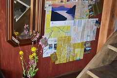 玄関脇には姿見や異国の地図など。(2013-03-08,共用部,OTHER,1F)