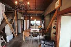 奥がダイニングテーブルとキッチンです。(2013-03-08,共用部,LIVINGROOM,1F)