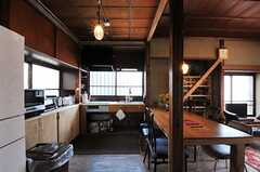 階段の裏側から見たキッチンの様子。(2013-03-08,共用部,KITCHEN,1F)