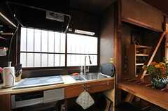 キッチン全面は窓。料理中も気持ちよさそう。(2013-03-08,共用部,KITCHEN,1F)