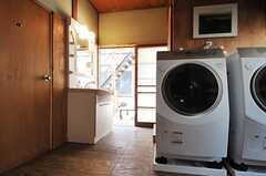 ドラム式の洗濯乾燥機の様子。2台並んでいます。奥の掃き出し窓の先がテラスです。(2013-03-08,共用部,LAUNDRY,1F)