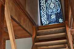 階段の様子。廊下には冷暖房の効率化のため、藍染の布が掛けられています。(2013-03-08,共用部,OTHER,1F)