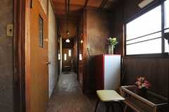 廊下には冷蔵庫とローテーブルが置かれ、ちょっとした空間があります。(2013-03-08,共用部,OTHER,2F)