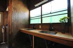 廊下に設置された洗面台の様子。(2013-03-08,共用部,OTHER,2F)
