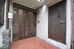 シェアハウスの正面玄関。(2013-08-22,周辺環境,ENTRANCE,1F)
