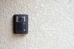 ドア脇にはカメラ付きインターホンが取り付けられています。(2013-08-22,周辺環境,ENTRANCE,1F)