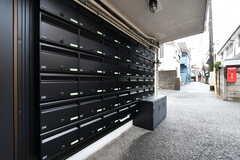玄関の両側に郵便受けと宅配ボックスが並んでいます。(2019-03-07,周辺環境,ENTRANCE,1F)