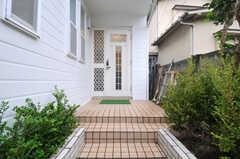 シェアハウスの玄関ドアの様子。少し階段をあがったところにあります。(2013-10-15,周辺環境,ENTRANCE,1F)