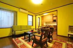 リビングの様子。壁の色は幸せの黄色。(2013-10-15,共用部,LIVINGROOM,1F)