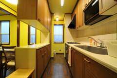 キッチンの様子。突き当たり右手からは外に出られます。(2013-10-15,共用部,KITCHEN,1F)