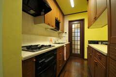 キッチンの様子2。ガラスの格子戸からは廊下に出られます。(2013-10-15,共用部,KITCHEN,1F)