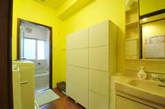 水まわり設備の様子。脱衣室を兼ねています。バスグッズなどを入れておける収納があります。(2013-10-15,共用部,OTHER,1F)