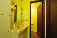 洗面台の隣はトイレです。(2013-10-15,共用部,OTHER,1F)