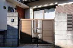 シェアハウスの門扉。インターホンもあります。(2011-02-01,周辺環境,ENTRANCE,1F)