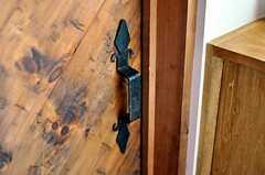 内側から見たドアのハンドル。(2011-02-01,周辺環境,ENTRANCE,1F)
