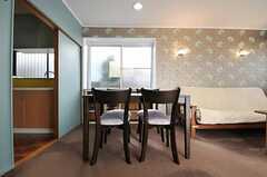シェアハウスのリビングの様子4。花柄の壁紙。(2011-02-01,共用部,LIVINGROOM,1F)