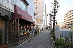 おしゃれな家具やインテリアを扱うお店が並ぶ目黒通りもすぐ近くです。(2011-02-01,共用部,ENVIRONMENT,2F)