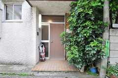 シェアハウスの玄関ドア。緑が茂っています。(2014-05-12,周辺環境,ENTRANCE,1F)