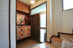 内部から見た玄関まわりの様子。カーテン部分が靴箱です。(2014-05-12,周辺環境,ENTRANCE,1F)
