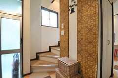 階段の様子。以前床に貼られていたビニルクロスが壁のアクセント。(2014-05-12,共用部,OTHER,1F)