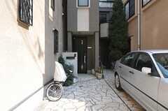 シェアハウスの玄関。玄関の前は石畳です。(2014-02-25,共用部,OUTLOOK,1F)