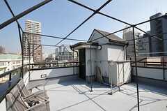 屋上の様子。物干竿が置かれています。(2014-02-25,共用部,OTHER,4F)
