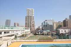 屋上からの眺め。近くの学校が見えます。(2014-02-25,共用部,OTHER,4F)