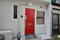 玄関の様子。赤いドアが目を引きます。(2019-09-27,周辺環境,ENTRANCE,1F)