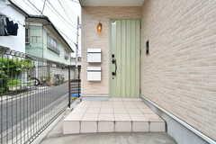 玄関の様子。1段高くなっています。(2019-05-09,周辺環境,ENTRANCE,1F)
