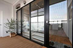 リビングの入り口。ガラス張りです。(2017-05-08,共用部,LIVINGROOM,7F)