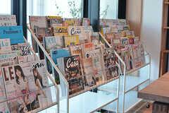 いろんな種類の雑誌が置かれています。オーナーさんは雑誌マニアなのだとか。(2017-05-08,共用部,LIVINGROOM,7F)