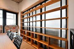 本棚の様子。入居者さんも自分の持っている本を置けるようにしていく予定です。(2017-05-08,共用部,LIVINGROOM,7F)