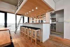 カウンターテーブルの様子。カウンターの裏手がキッチンです。(2017-05-08,共用部,LIVINGROOM,7F)