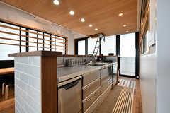 キッチンの様子。リビング側にはコンロがなく、シンクが設置されています。(2017-05-08,共用部,KITCHEN,7F)