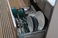 フライパンや鍋類は引き出しに収納されています。(2017-05-08,共用部,KITCHEN,7F)