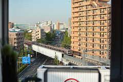 キッチンに立つと、東横線の線路が上から見られます。(2017-05-08,共用部,KITCHEN,7F)