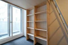 デスクの向かいにある棚の様子。(601号室)(2017-05-08,専有部,ROOM,6F)