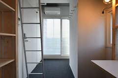専有部の様子2。掃出し窓からベランダに出られます。(606号室)(2017-05-08,専有部,ROOM,6F)