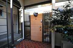 シェアハウスの正面玄関。(2010-11-24,周辺環境,ENTRANCE,1F)