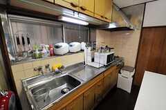 シェアハウスのキッチンの様子。奥のドアが水周り設備へと繋がります。(2010-11-24,共用部,KITCHEN,1F)