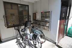 駐輪場とポストの様子。(2014-03-20,共用部,GARAGE,1F)
