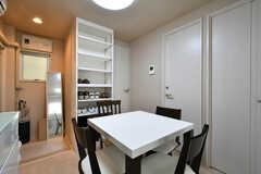 リビングの様子3。正面の靴箱の隣のドアがトイレ、右手奥から302A号室、302B号室です。(2020-09-03,共用部,LIVINGROOM,3F)