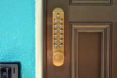 玄関の鍵はナンバー式。(2010-07-16,共用部,OTHER,1F)