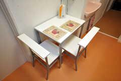 2人掛けのテーブルがあります。(2010-07-16,共用部,OTHER,1F)