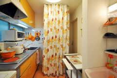 カーテンを閉めると、脱衣室になります。(2010-07-16,共用部,LIVINGROOM,1F)