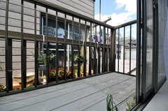 ベランダの様子2。2階の専有部にはベランダがそれぞれ2つ設置。(202号室)(2010-07-16,共用部,OTHER,2F)