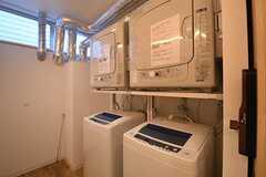 女性用ランドリールームの様子。洗濯機と乾燥機が各2台設置されています。(2016-09-01,共用部,LAUNDRY,1F)