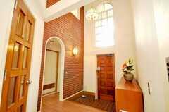 内部から見た玄関周りの様子。吹き抜けがステキ。(2009-06-11,共用部,OTHER,1F)