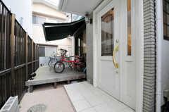 シェアハウスの正面玄関。玄関奥にはテラスがあります。(2011-03-31,周辺環境,ENTRANCE,1F)