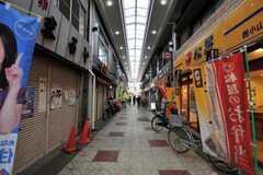 東急目黒線・西小山駅の周辺には商店街があります。(2011-03-31,共用部,ENVIRONMENT,1F)